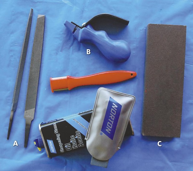 There are several kinds of tools that can be used to sharpen pruner blades, including: A) metal files, B) ceramic sharpeners and C) whetstones. Choose the type you like best.